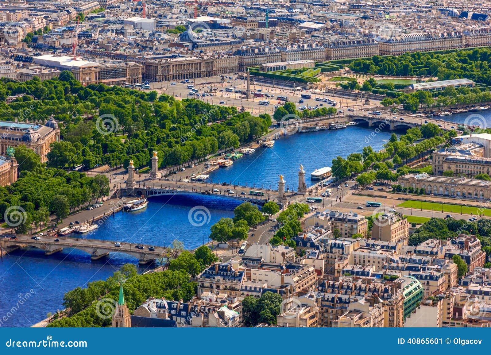 Vista de Paris, de Pont Alexandre III e de la do de do lugar