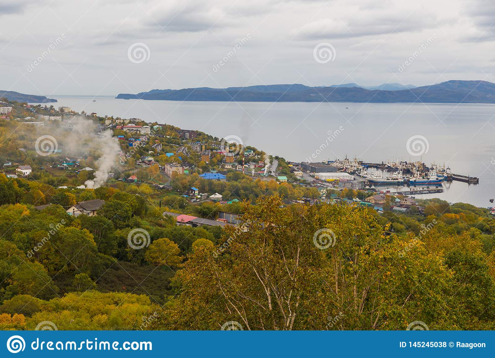Vista de Petropavlovsk-Kamchatsky portu?rio, ba?a de Avachinskaya, R?ssia