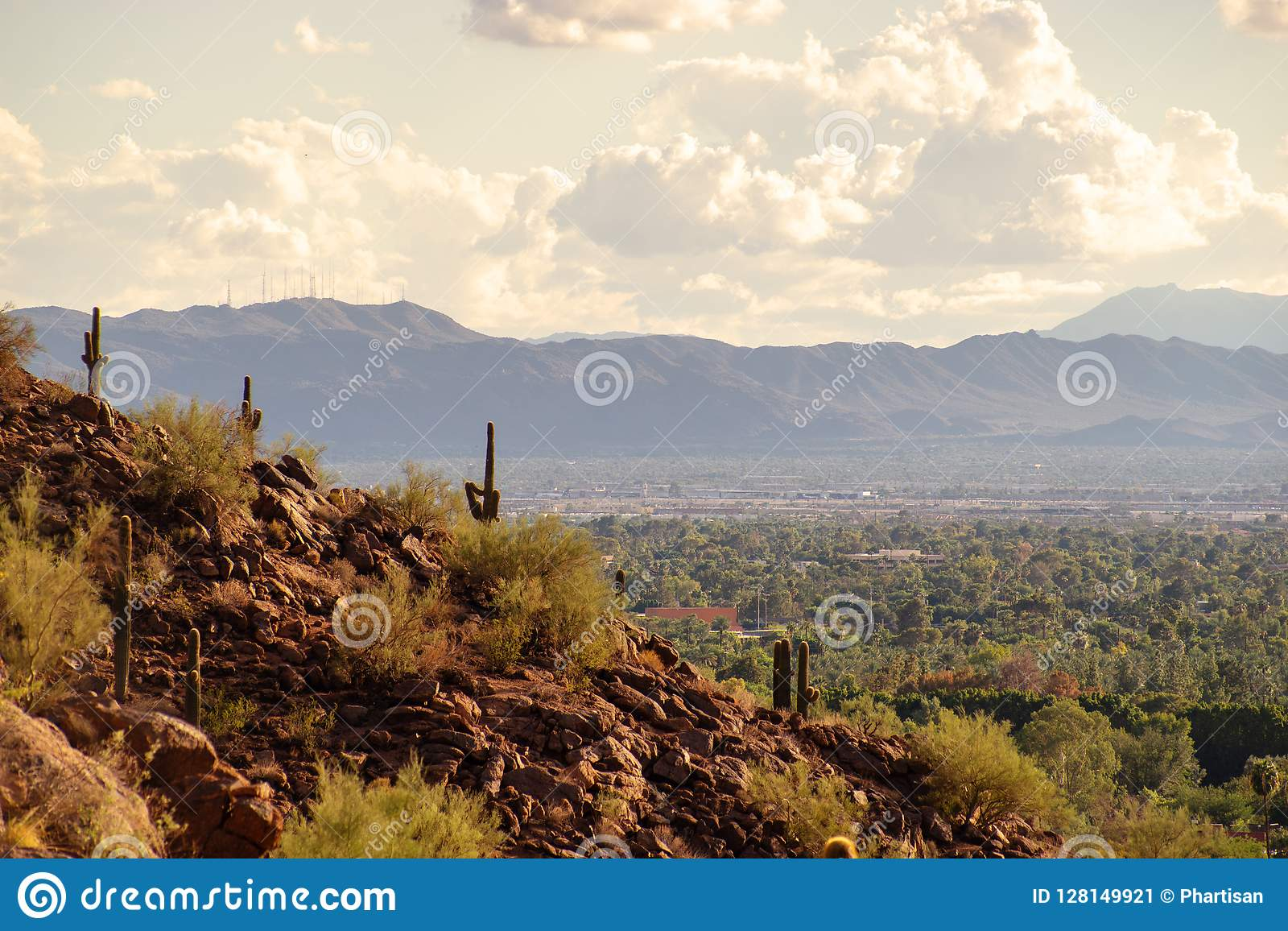 Vista de Phoenix e de Tempe da montanha do Camelback no Arizona,