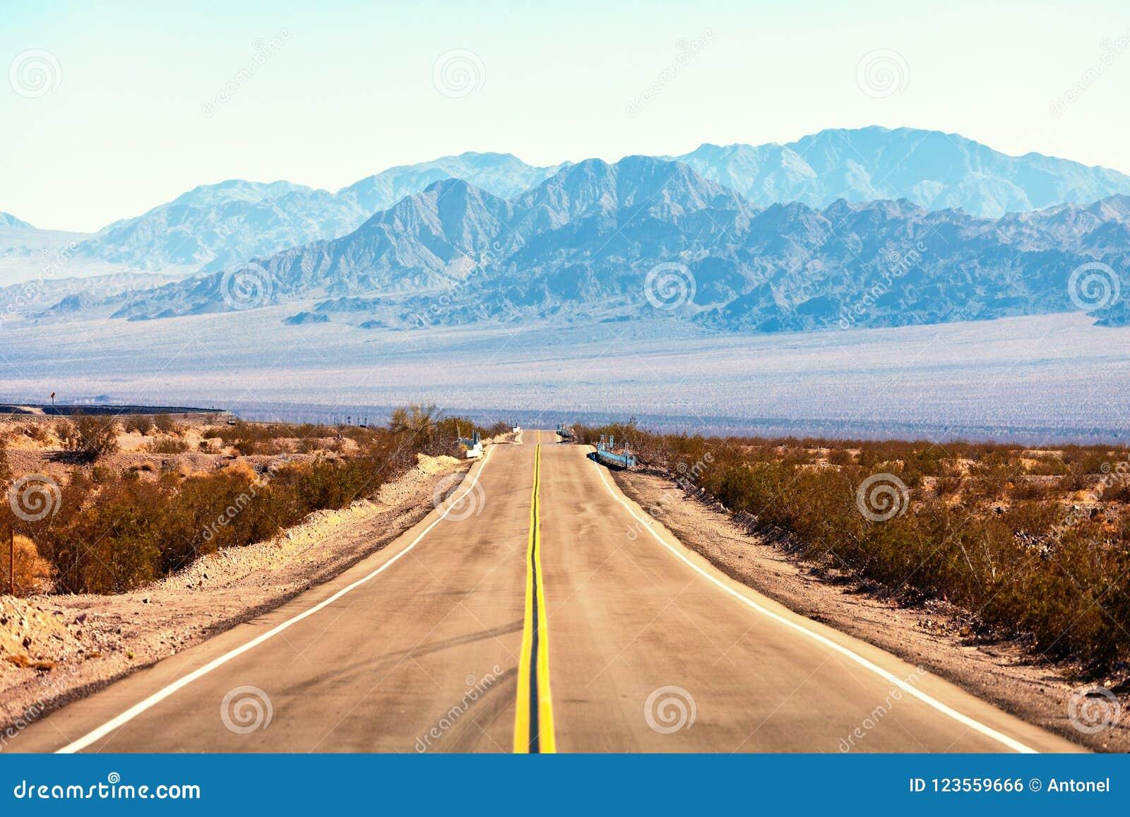 Vista de Route 66, deserto de Mojave, Califórnia do sul, Estados Unidos