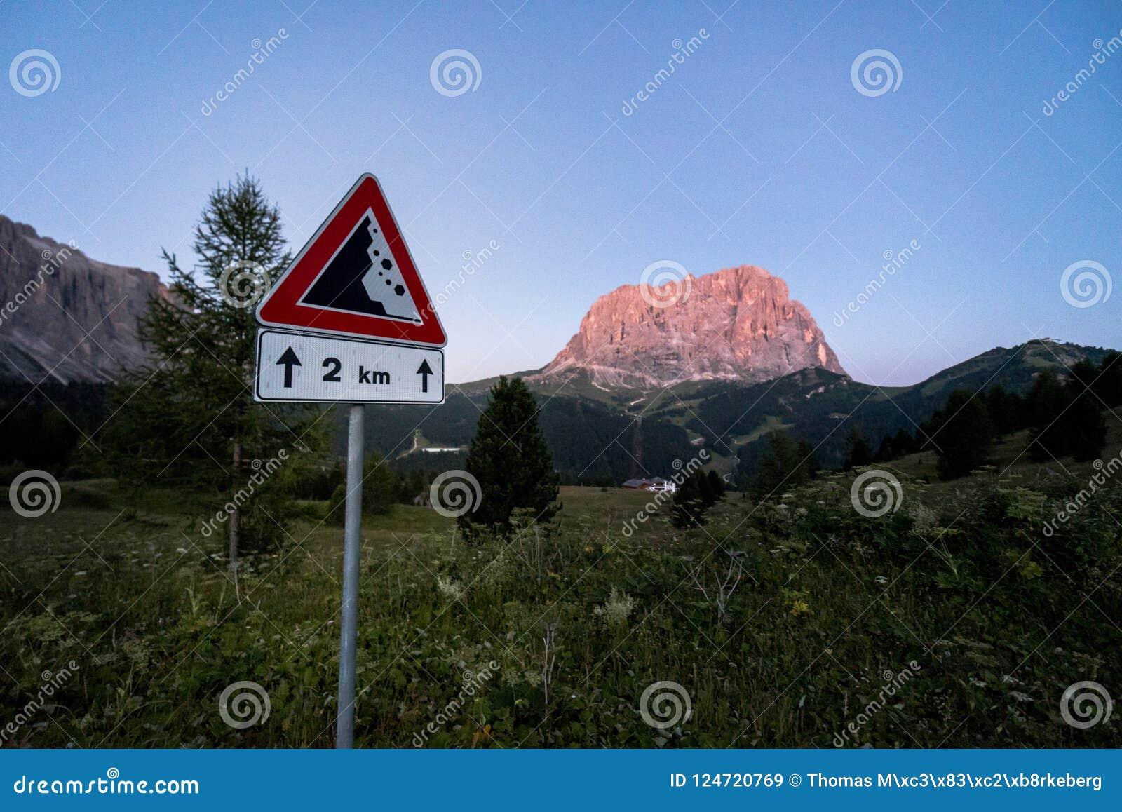 Vista de Sassolungo con una señal de tráfico en el forground