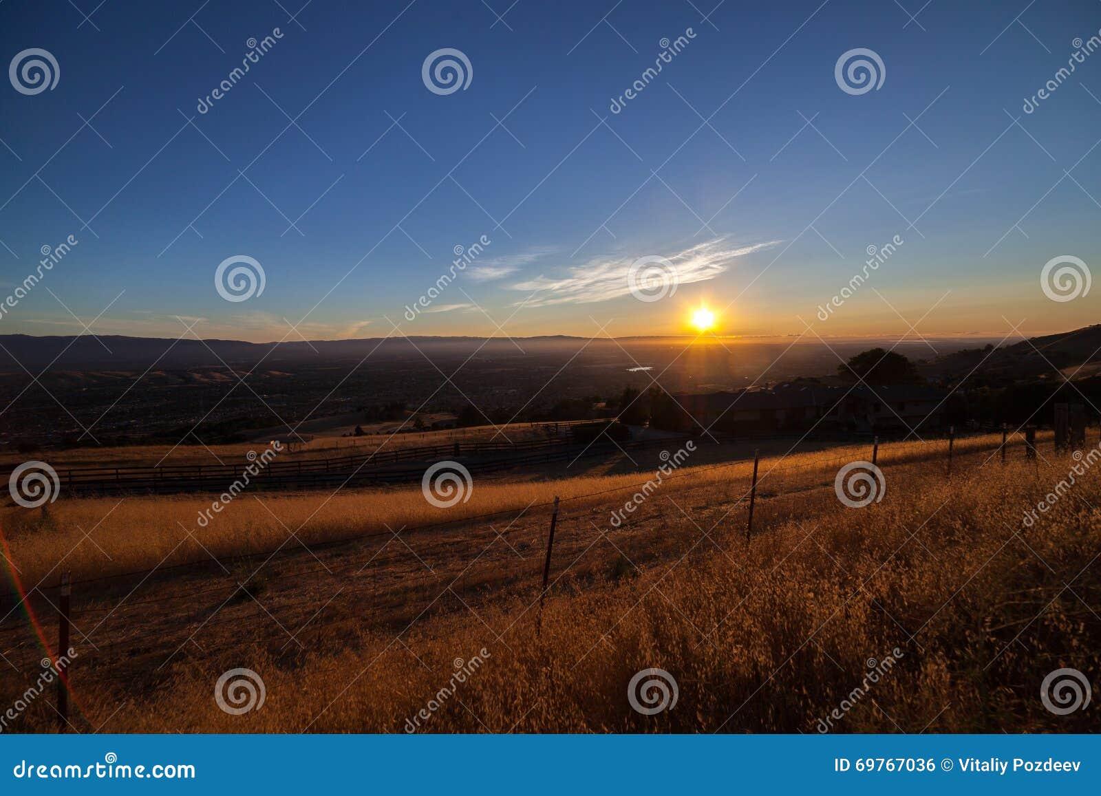 Vista de Silicon Valley del soporte Hamilton en la puesta del sol
