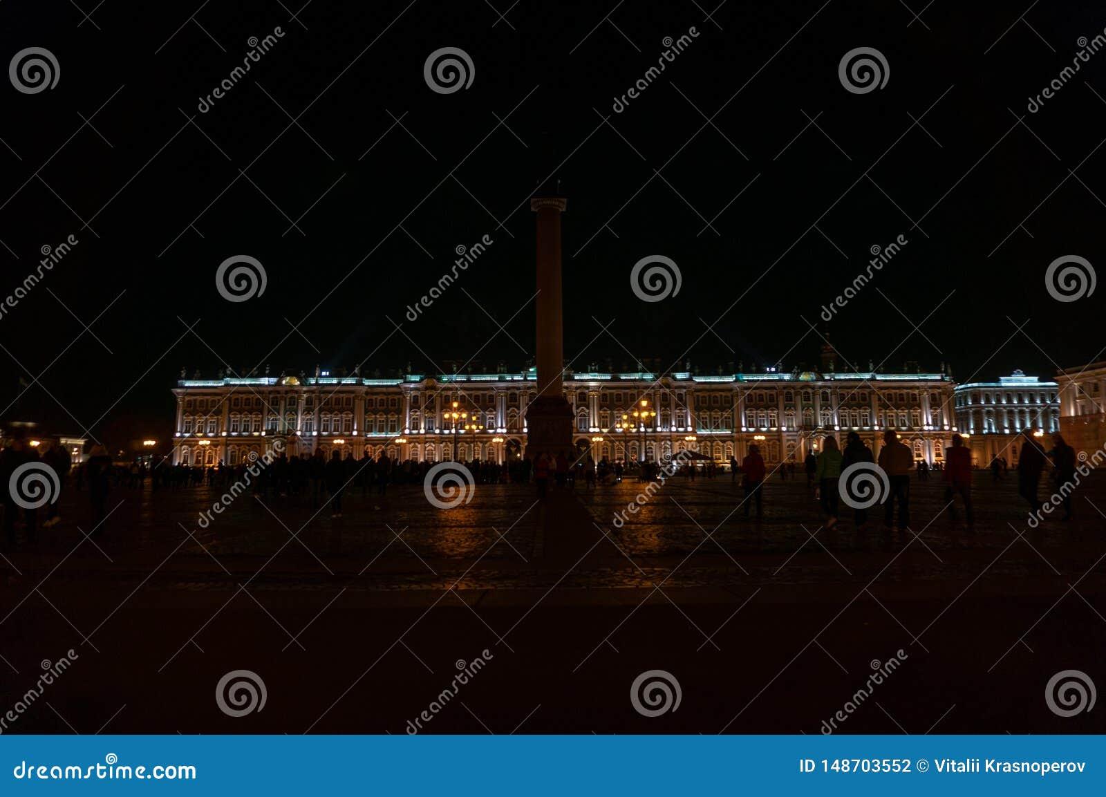 Vista de St Petersburg Alexander Column en el cuadrado del palacio