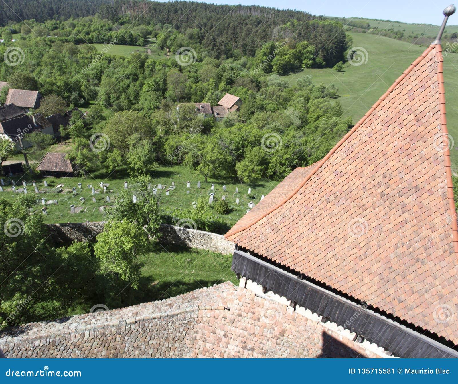 Vista de um cemitério em Transilvania