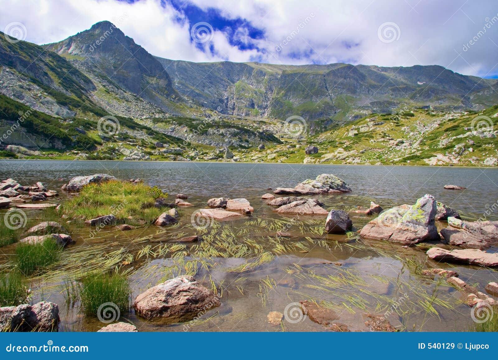 Vista de um lago glacial no parque nacional Rila, Bulgária