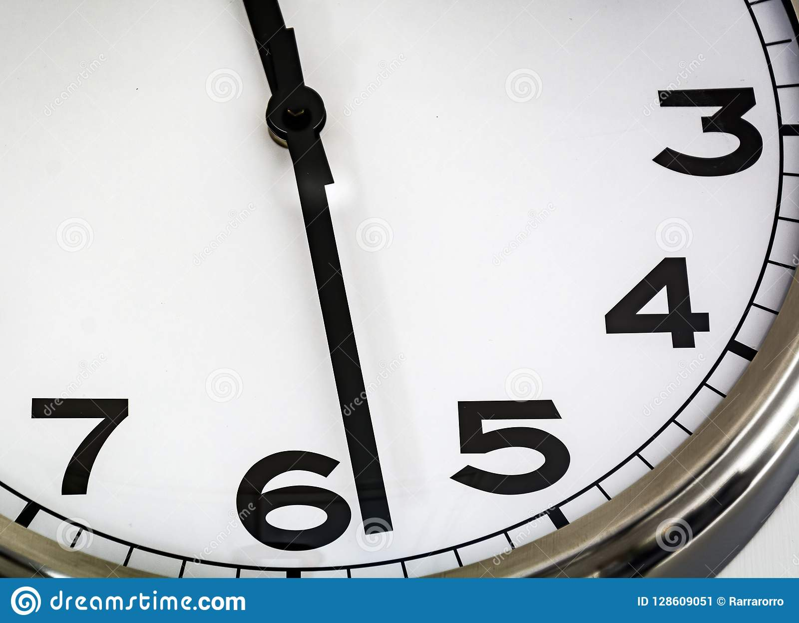 Vista de um relógio análogo branco