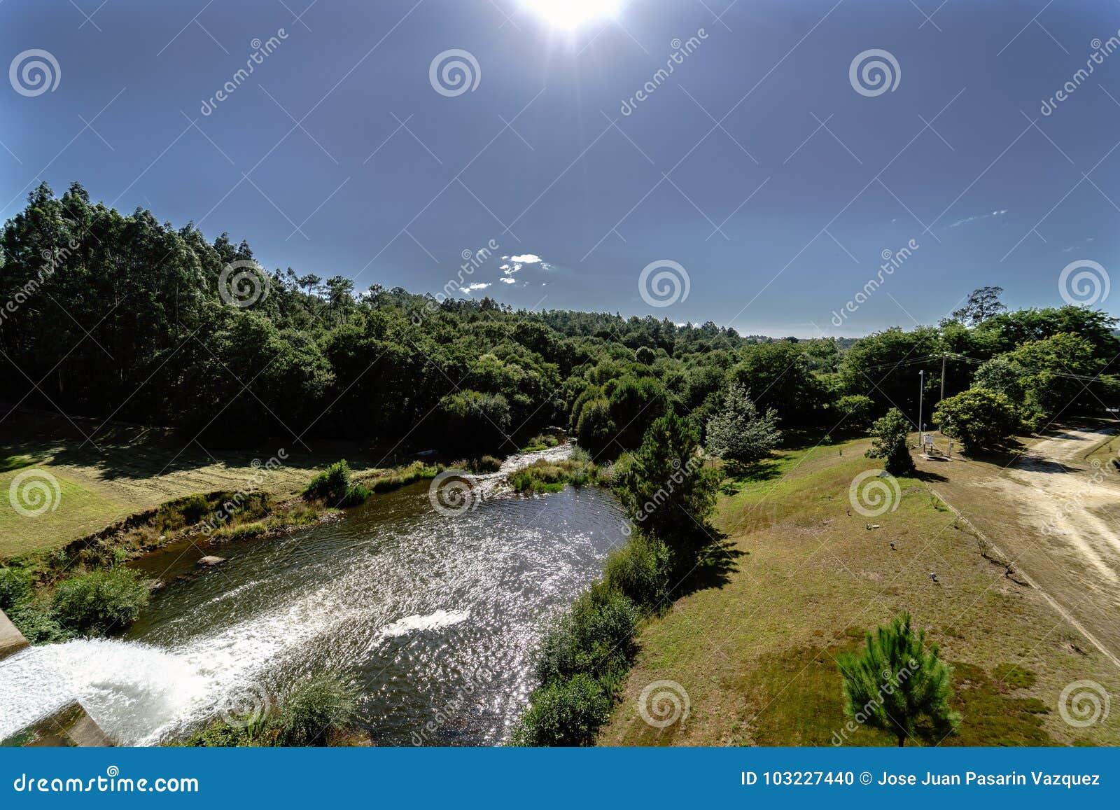 Vista de um rio da Espanha de Galiza e drenagem de um reservatório visto da parte superior da represa