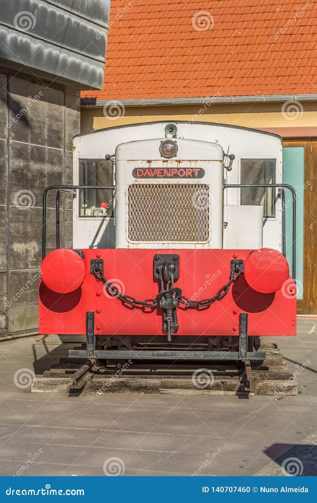 A vista de um trem do vintage, exibiu como uma obra de arte no porto de Leca a Dinamarca Palmeira, Portugal