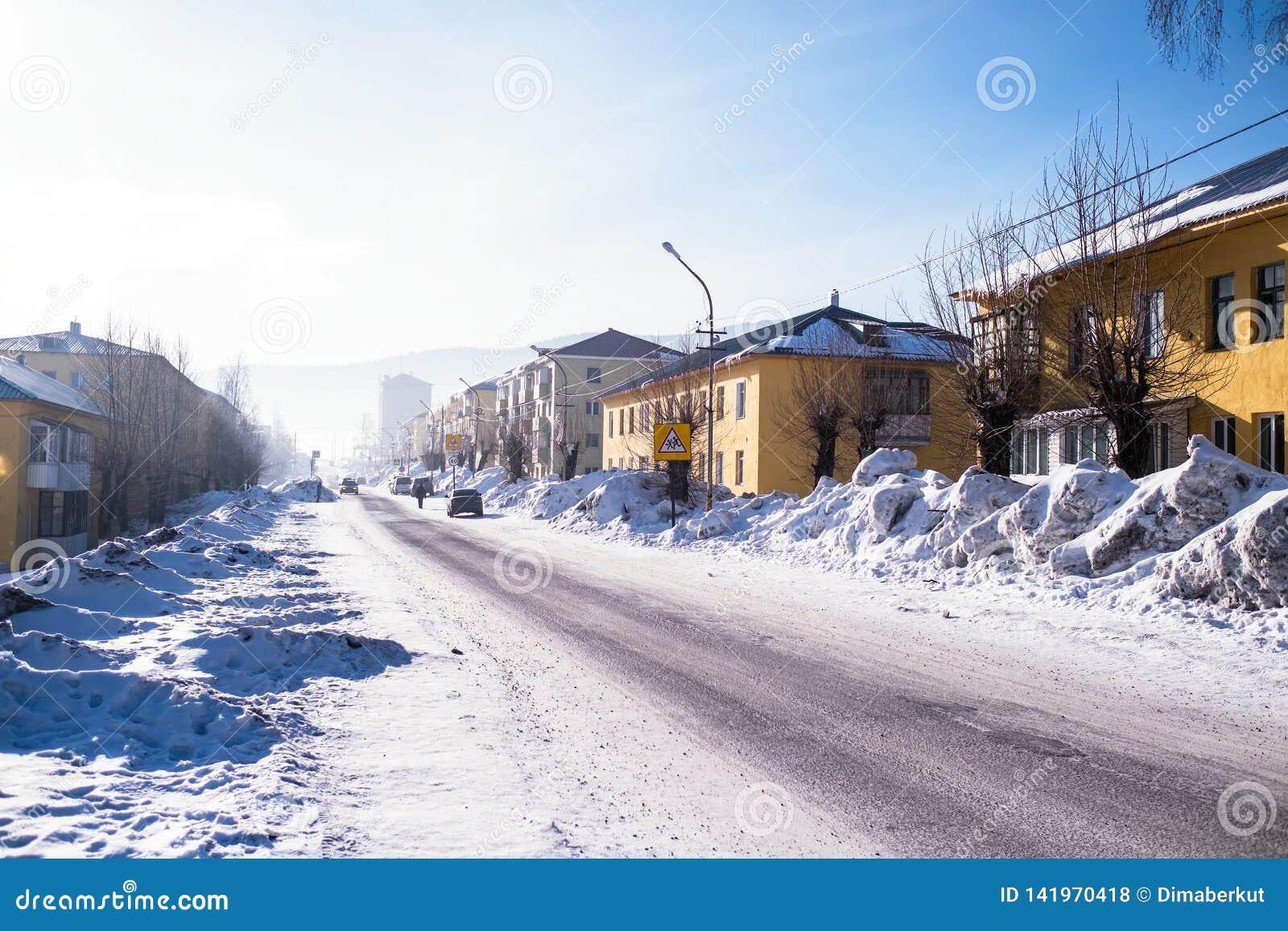 Vista de uma das ruas do urbano-tipo pagamento de Sheregesh na montanha Shoria, Sibéria