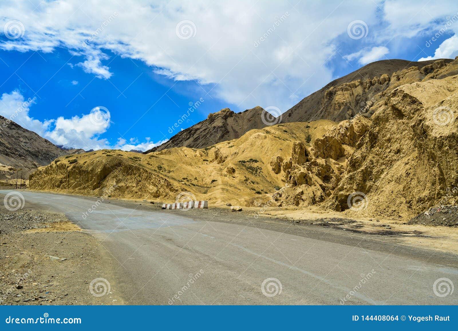 A vista de uma estrada avante aluna em Ladakh na Índia de Kashmir