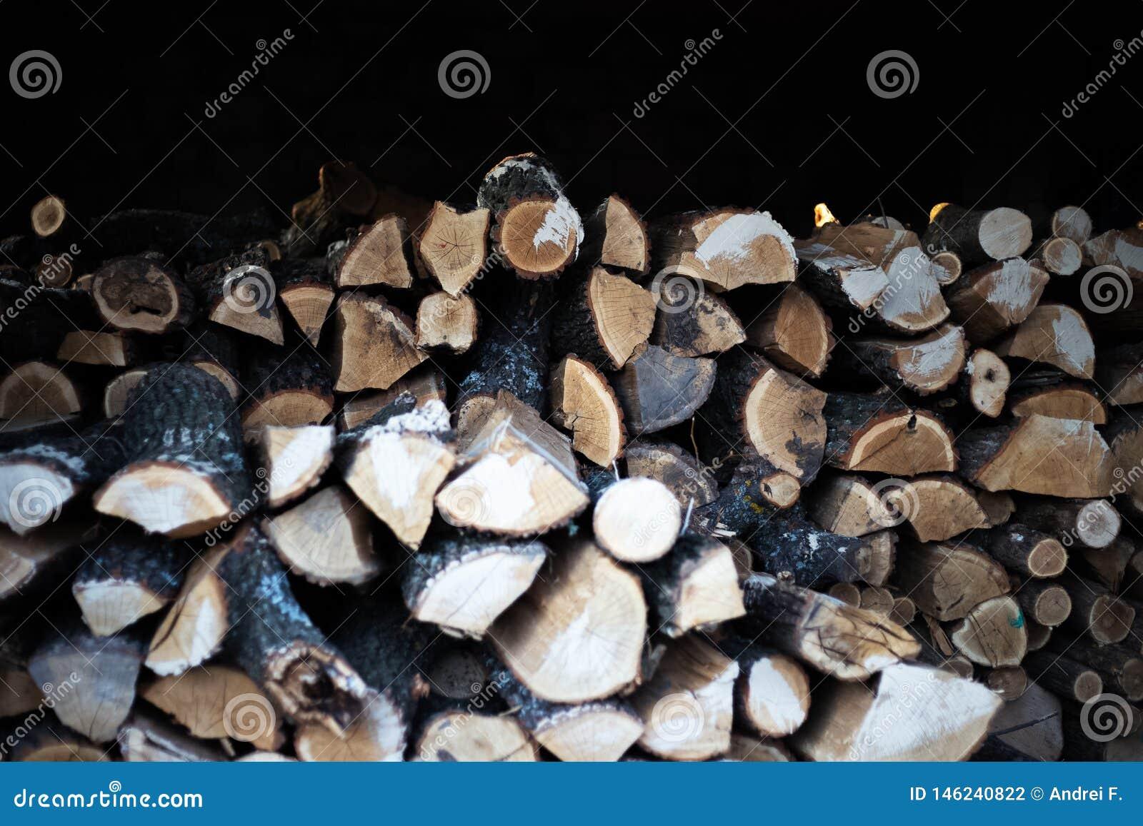 Vista de un bulto de firewoods en la vertiente