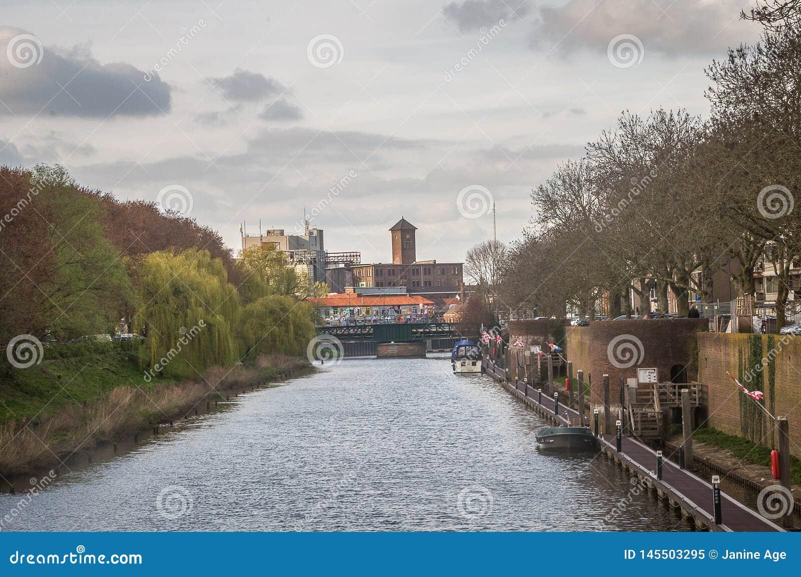 Vista de un castillo por un río