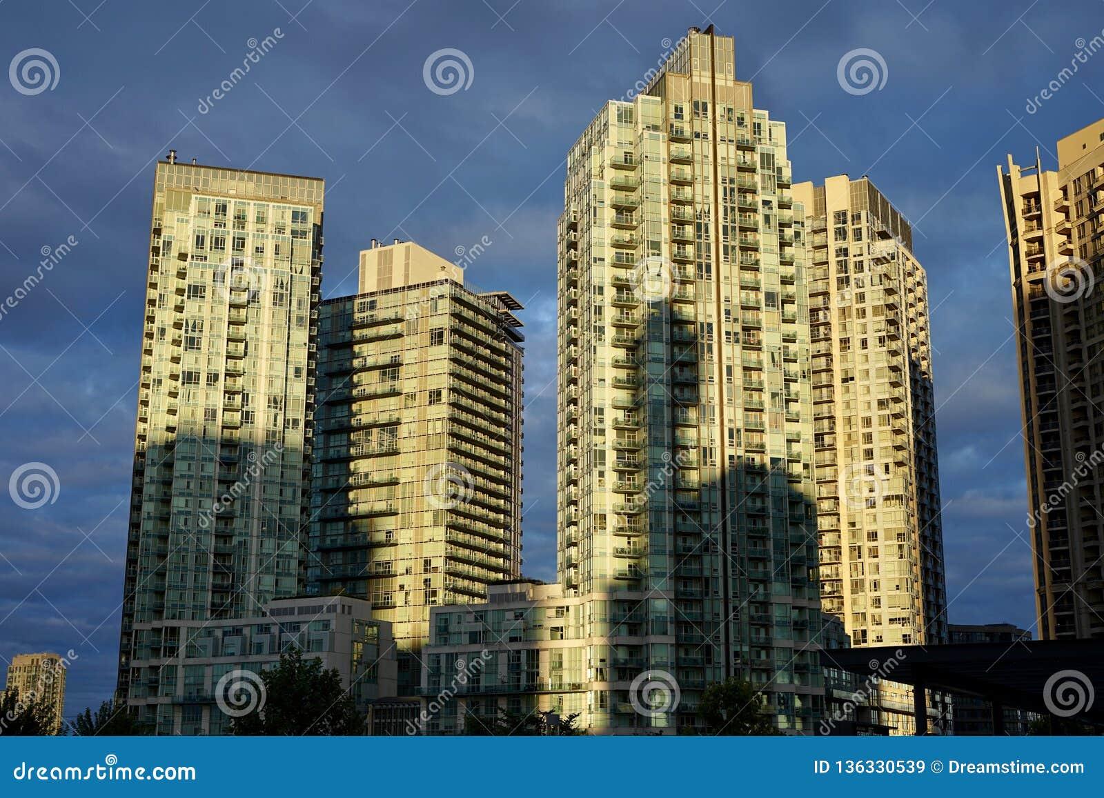 Vista de un edificio agradable y una sombra de un edificio adyacente