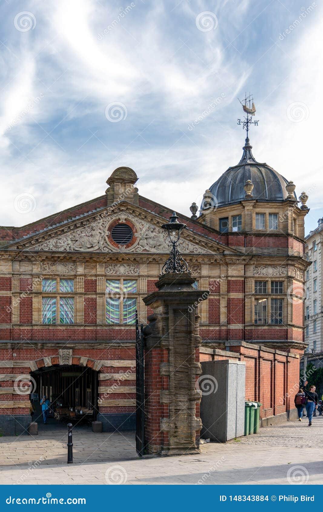 Vista de un edificio viejo convertido en tiendas en Bristol el 13 de mayo de 2019 Gente no identificada