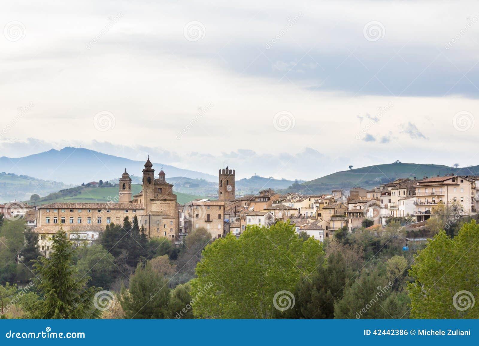 Vista de un pueblo medieval de Italia