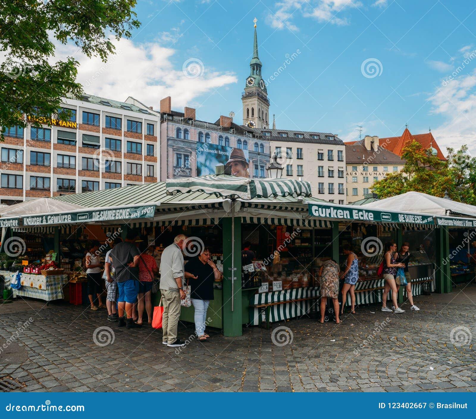 Vista de Viktualienmarkt al día soleado Es un mercado diario de la comida y un cuadrado en el centro de Munich cerca de Marienpla