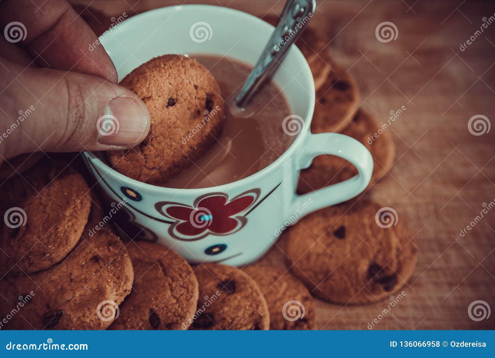 Vista dei biscotti e della tazza neri del cioccolato