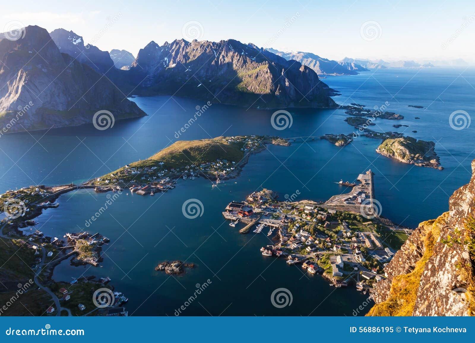 Vista del Aeral del villaggio di Reine, isola di Lofoten, Norvegia