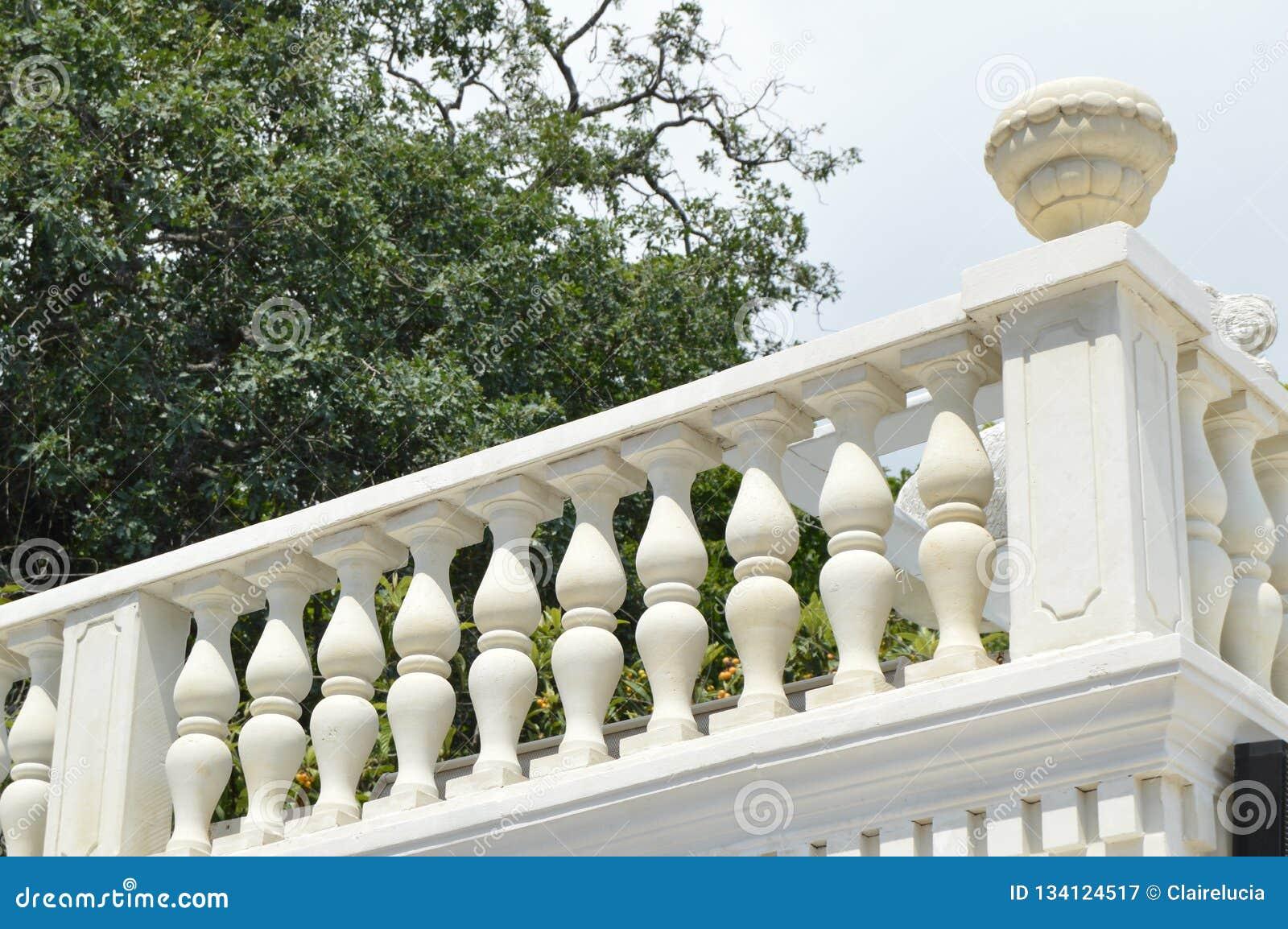 Vista Del Balcón Blanco Romántico Terraza Con Balaustres