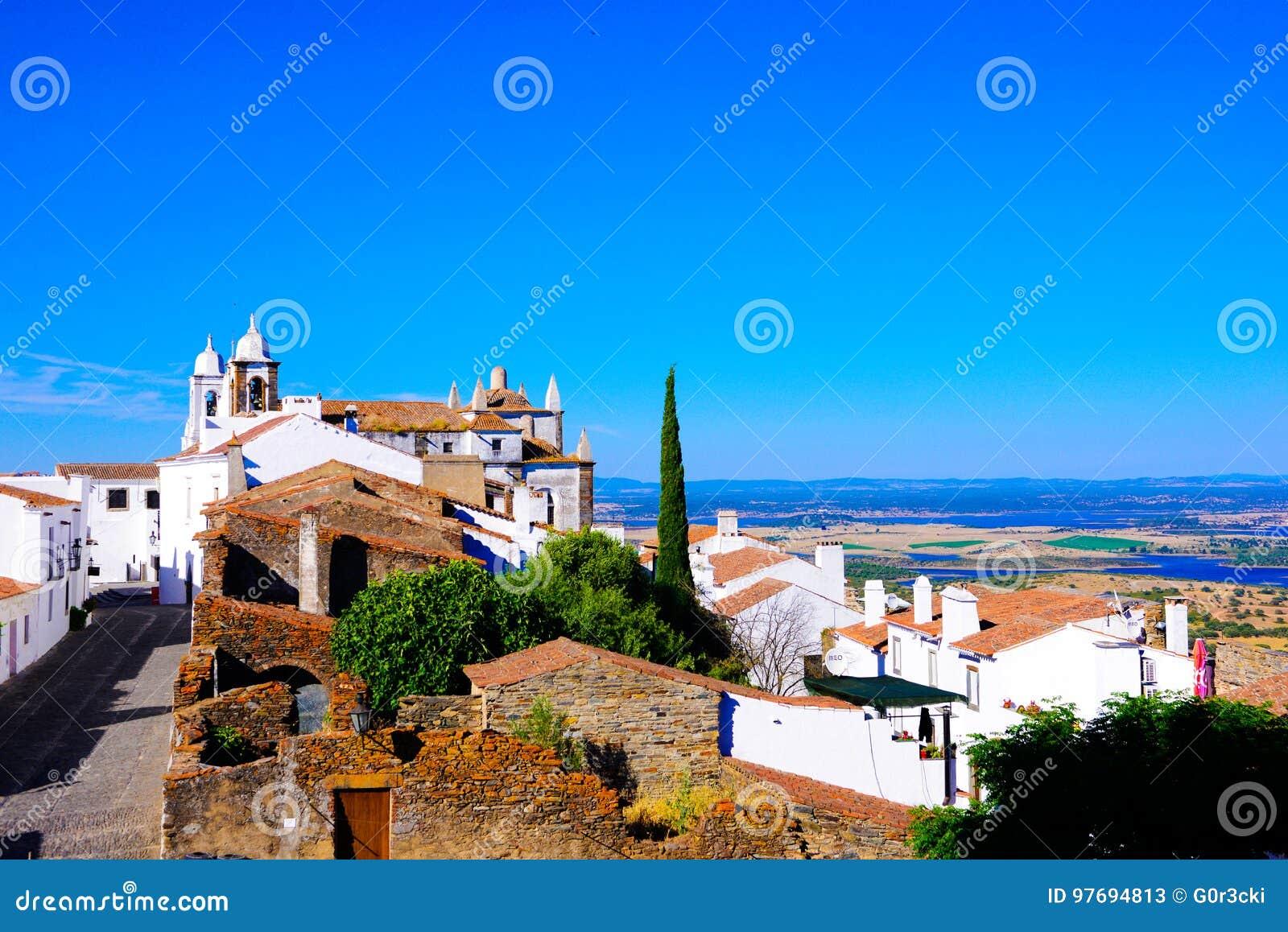 Vista del castello - villaggio pittoresco, Monsaraz - pianura dell Alentejo, paesaggio del sud del Portogallo