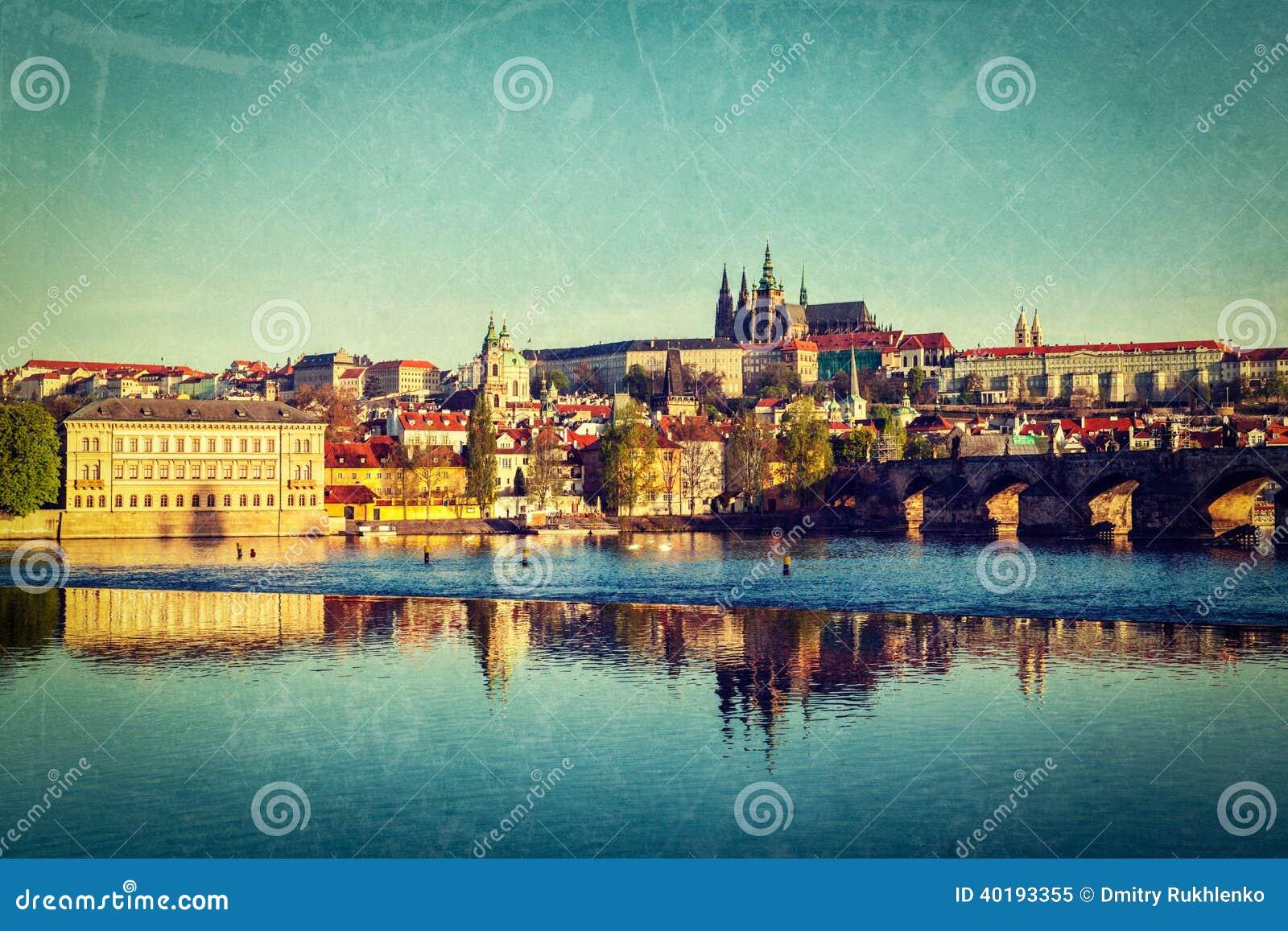 Vista del castillo de Mala Strana y de Praga sobre el río de Moldava