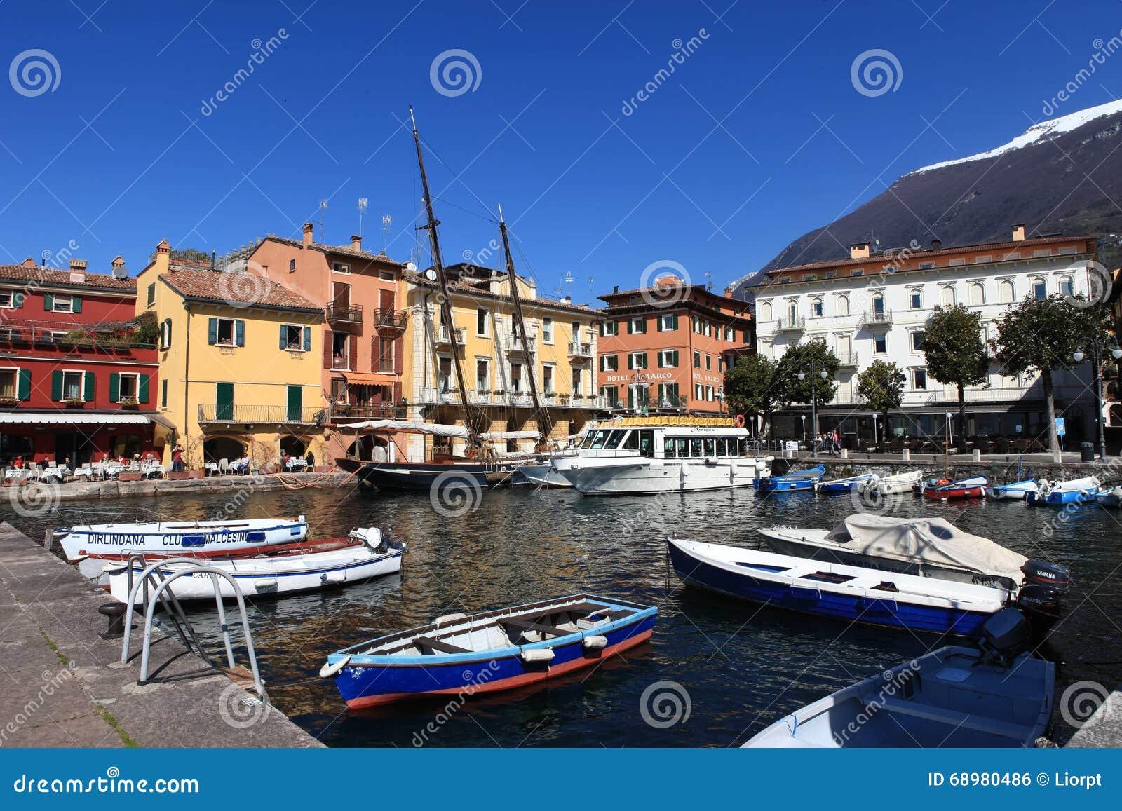 Vista del centro de ciudad de Malcesine y del pequeño puerto