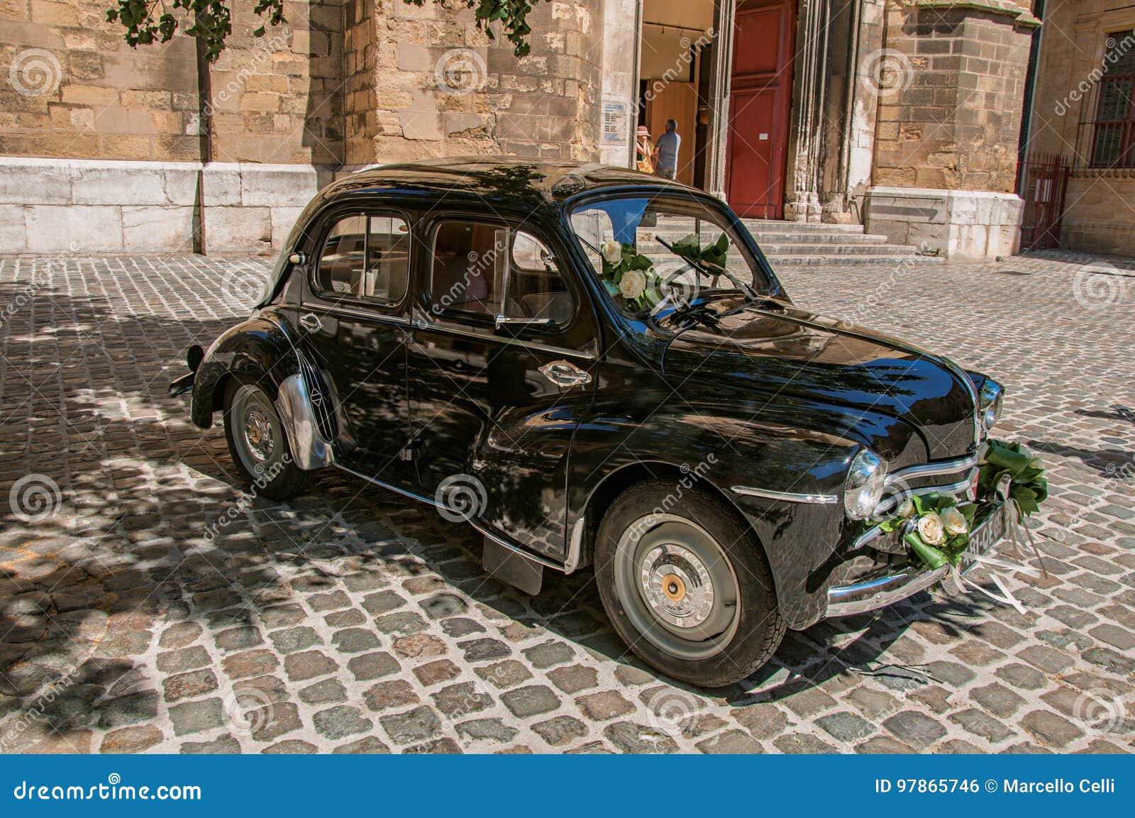 Vista del coche modelo viejo para los recienes casados en Aix-en-Provence