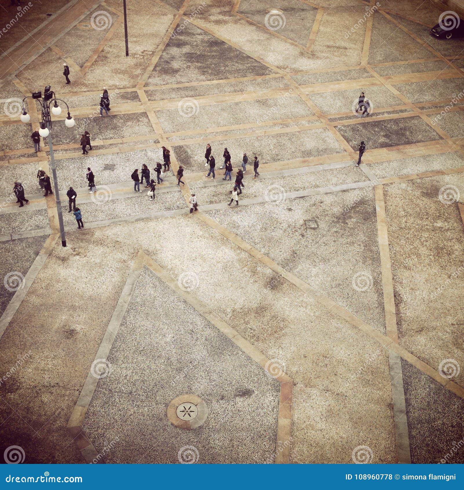 Vista del Duomo de la plaza en Milán