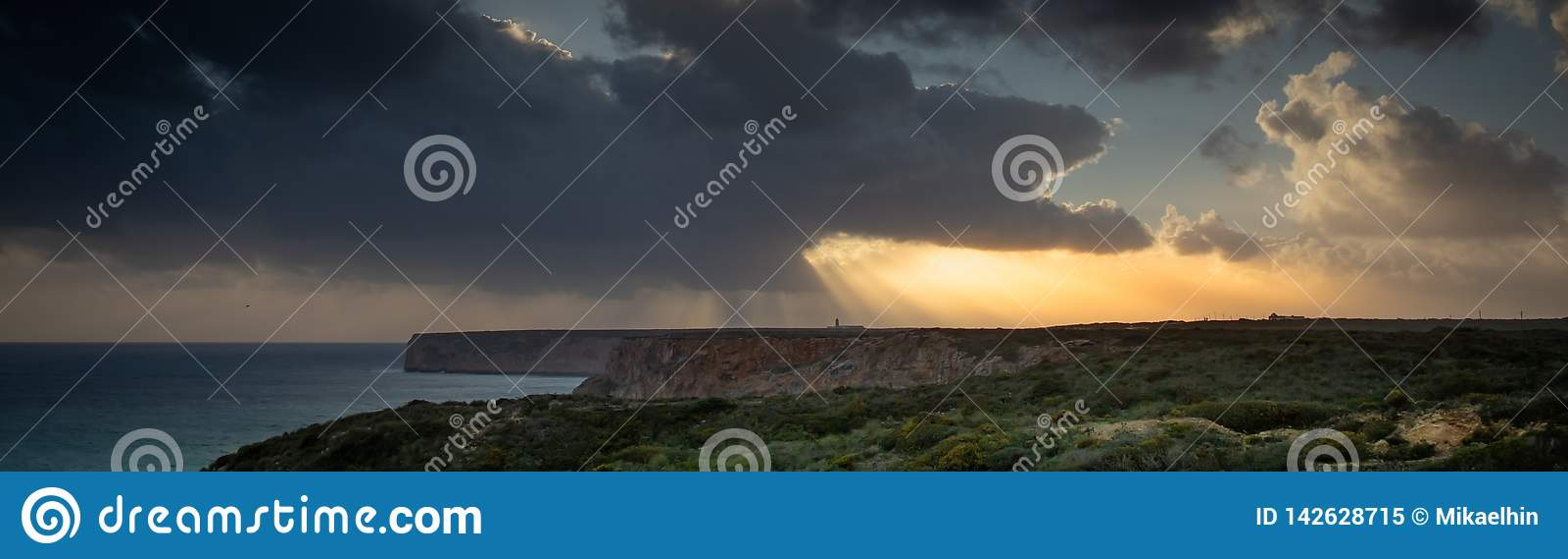 Vista del faro y de los acantilados en el cabo St Vincent en Portugal en la tormenta