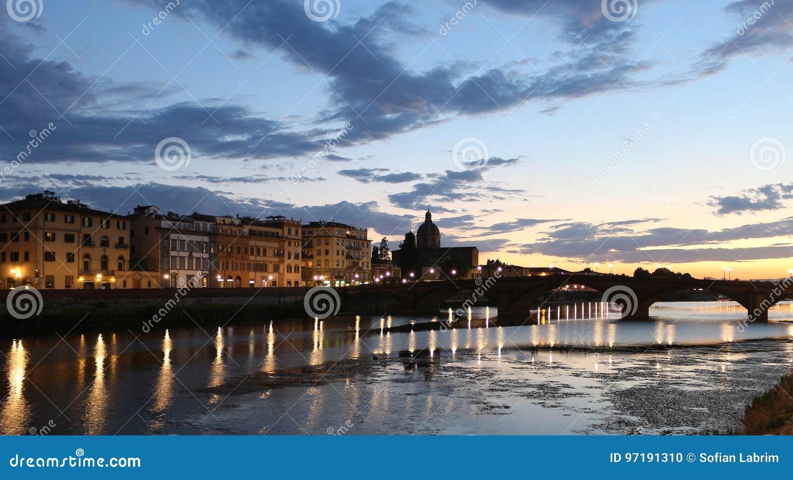 Vista del fiume di tramonto di Firenze