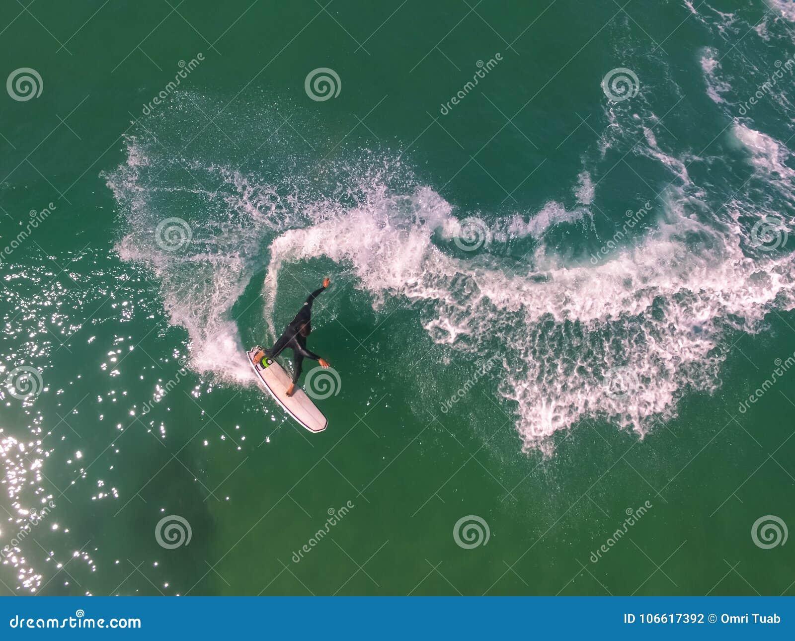 Vista del fuco della manovra praticante il surfing