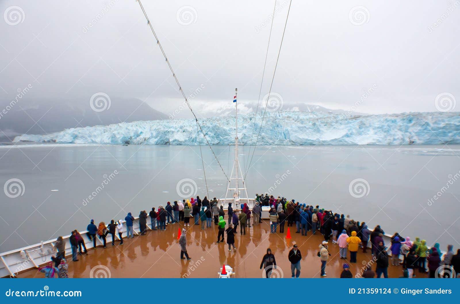 Vista del ghiacciaio di Hubbard dalla nave da crociera