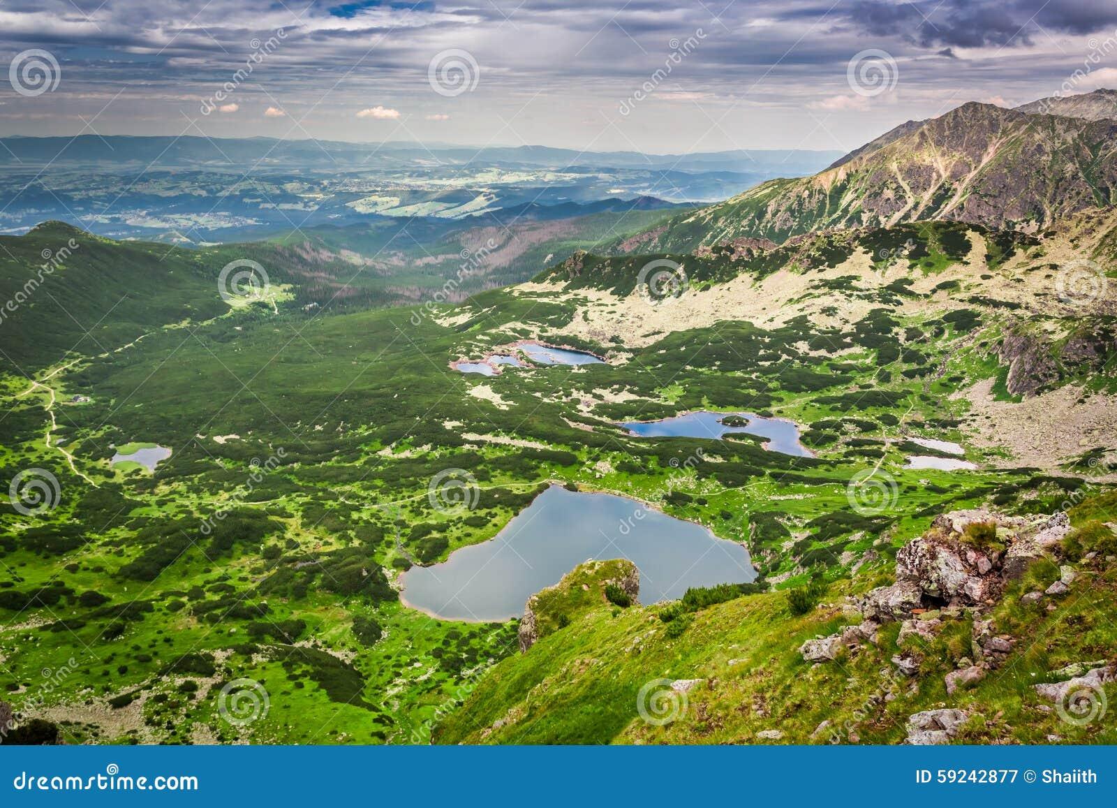 Download Vista Del Lago De La Montaña Del Top En Verano Imagen de archivo - Imagen de maderas, valle: 59242877