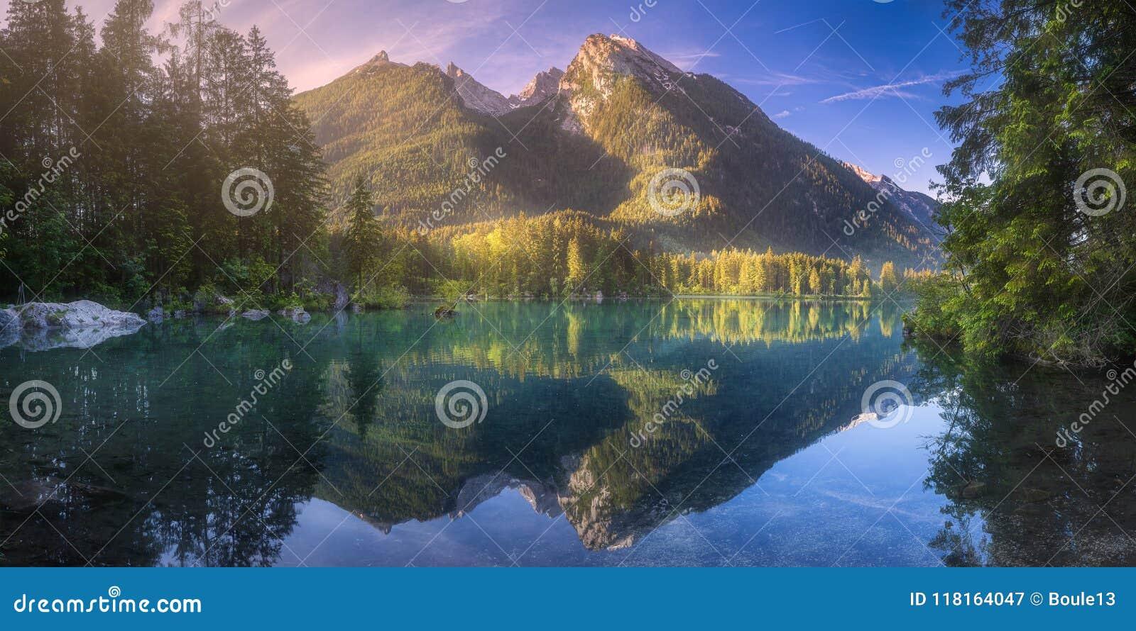 Vista del lago Hintersee in alpi bavaresi, Germania