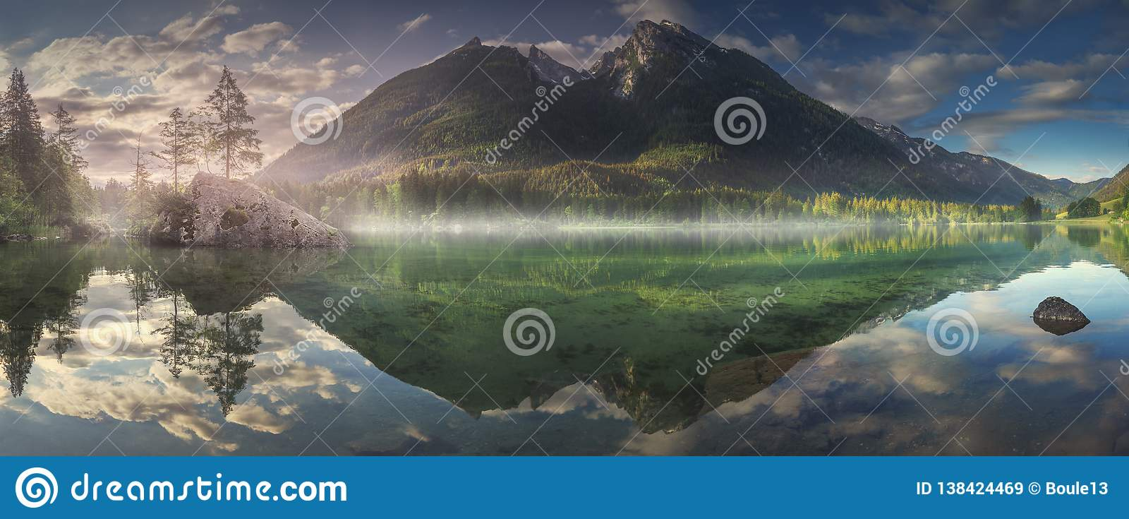 Vista del lago Hintersee in alpi bavaresi, Germania
