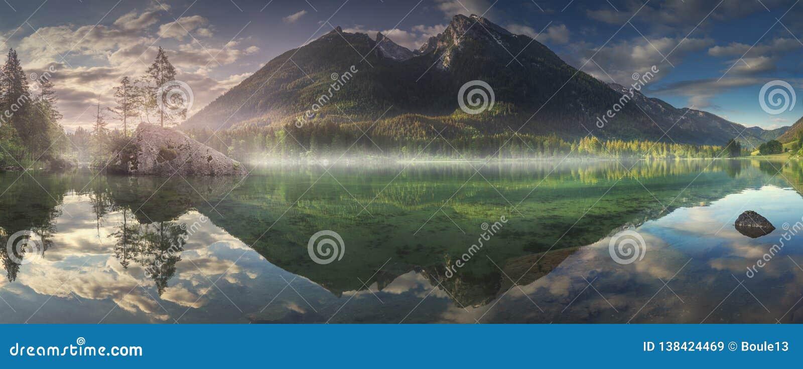 Vista del lago Hintersee en las montañas bávaras, Alemania