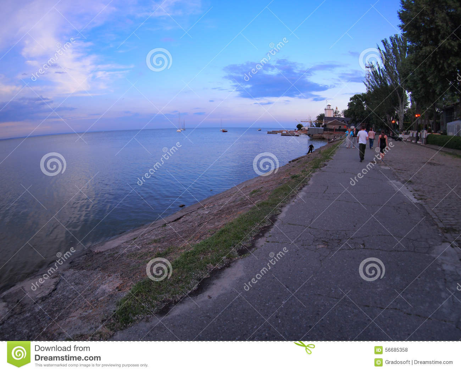 Vista del lungomare urbano del mare di Azov dopo il tramonto
