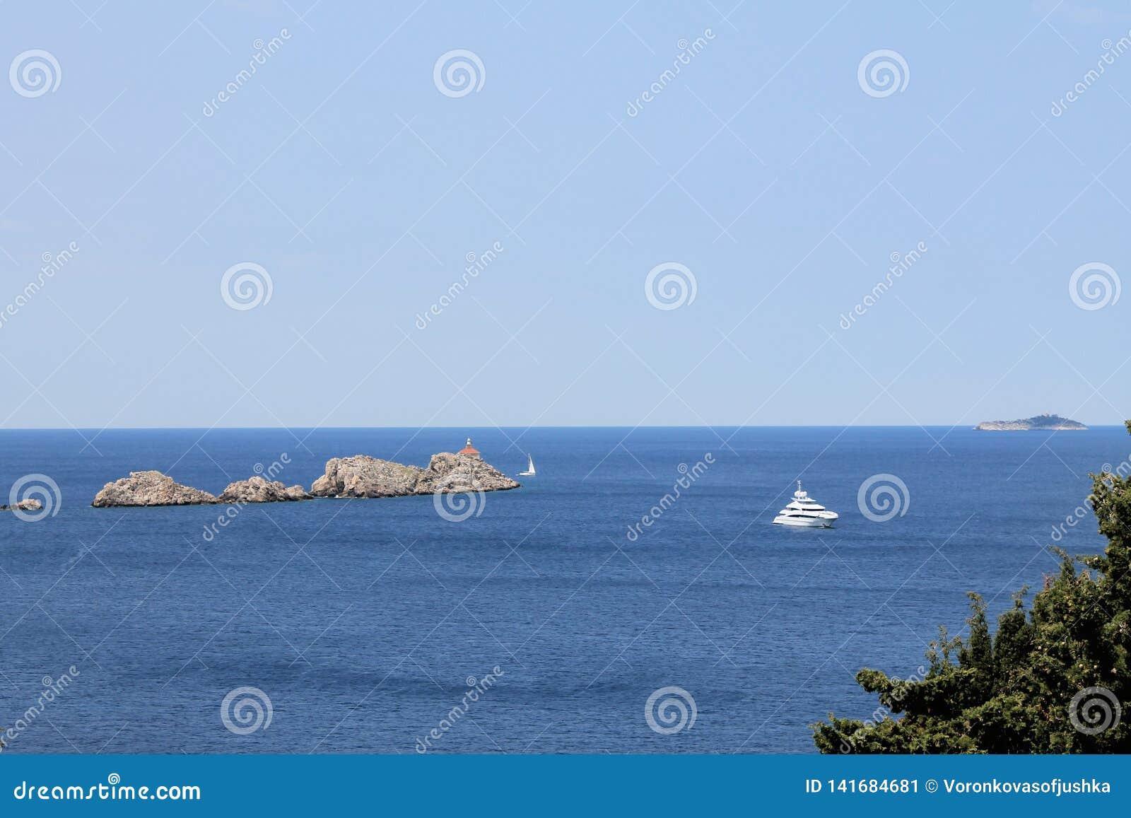 Vista del mar adriático en la península de Lapad de Croacia