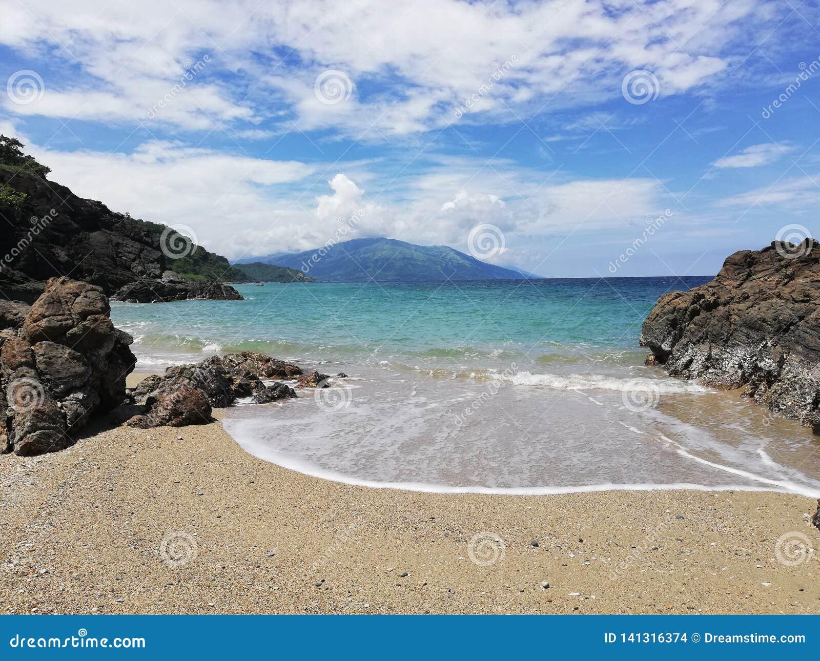Vista del mare tropicale e della spiaggia vaga su Mindoro, Filippine