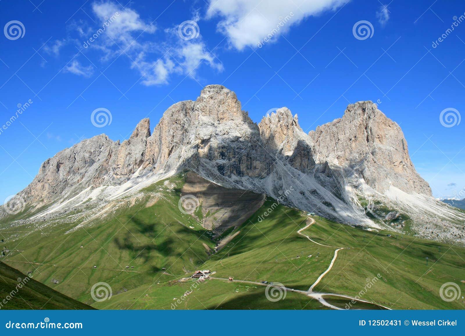 Vista del massiccio di Sassolungo, dolomia italiane