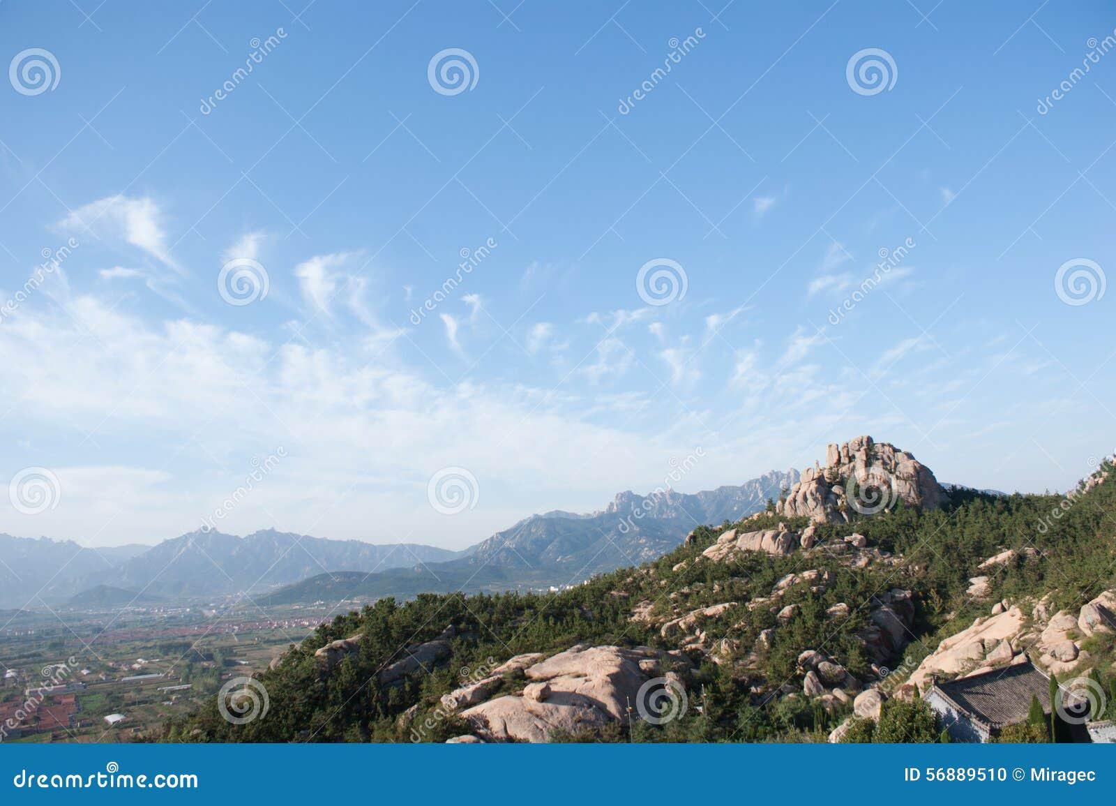 Vista del paesaggio della catena montuosa a Qingdao Cina