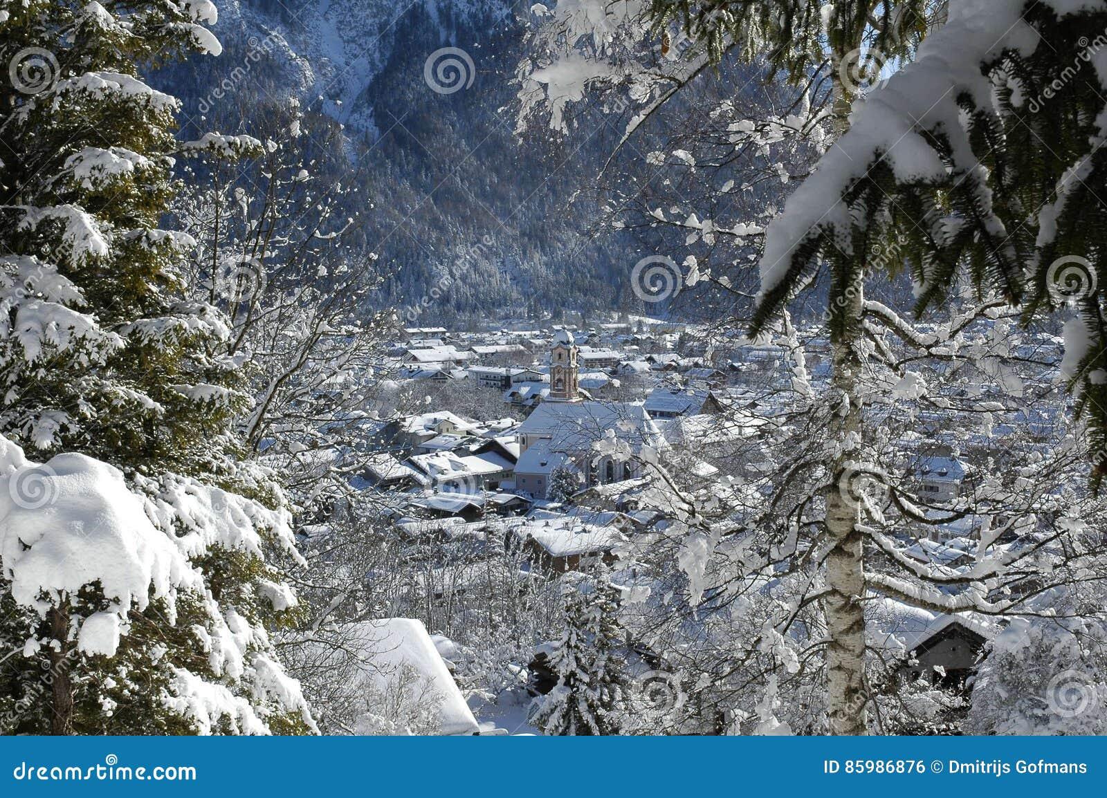 Vista del paisaje escénico del invierno en las montañas bávaras