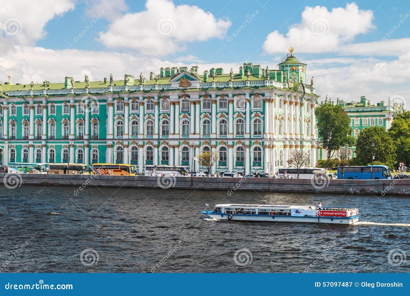 Vista del palacio del invierno del río de Neva St Petersburg, Rusia