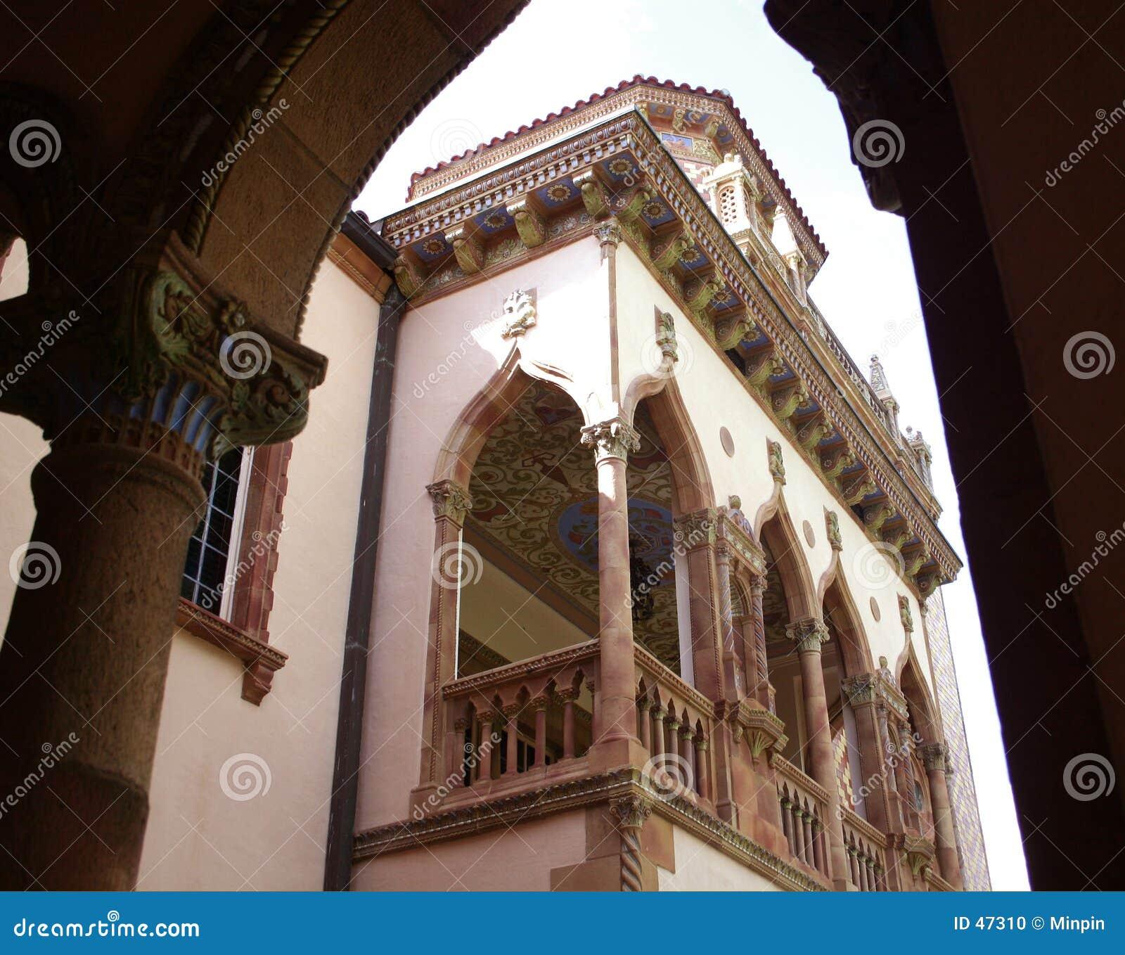 Vista del palazzo attraverso gli archi