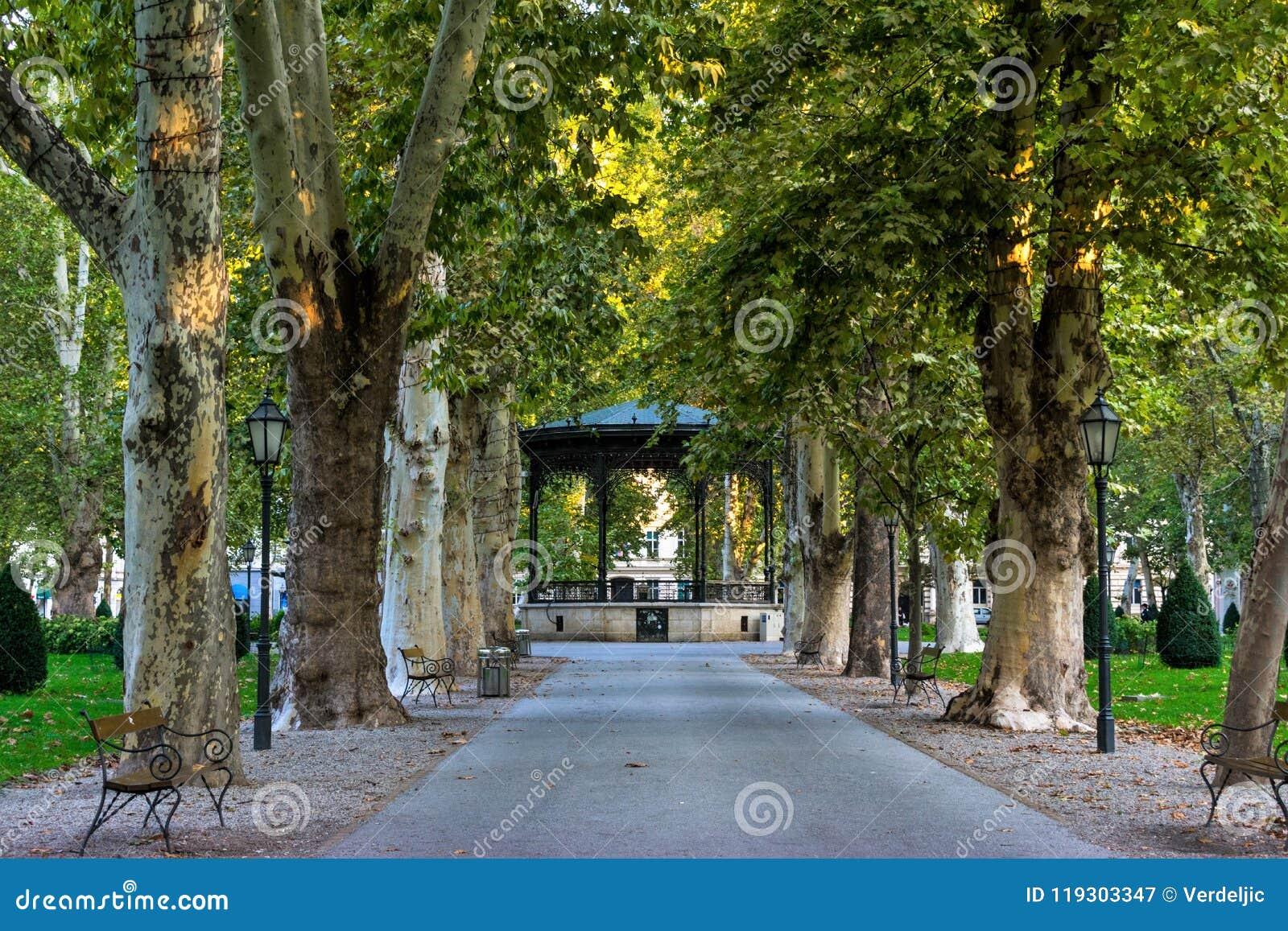 Vista del parque famoso de Zrinjevac en el centro de ciudad de Zagreb, Croacia