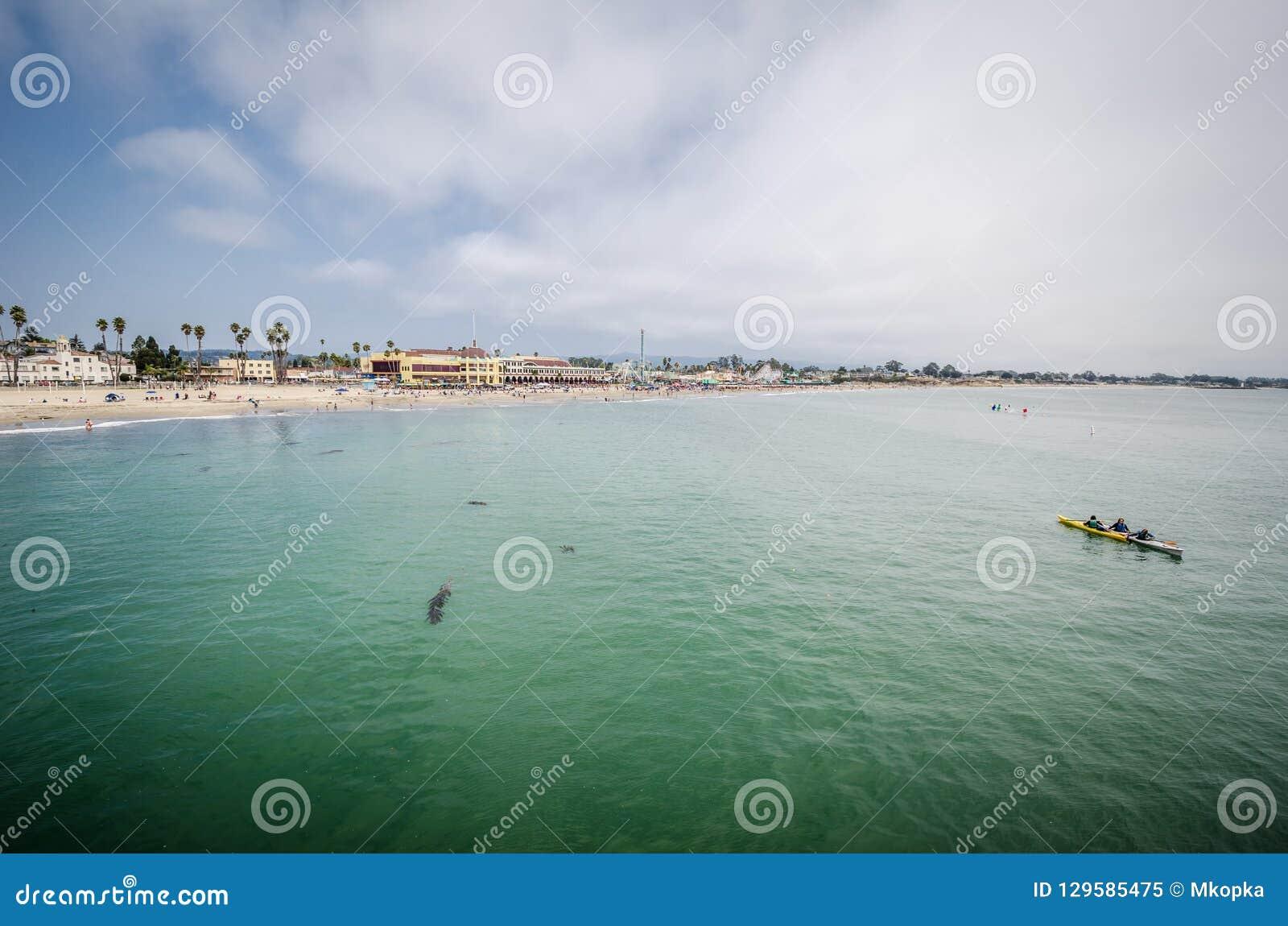 Vista del paseo marítimo de Santa Cruz del embarcadero, hacia fuera en el Océano Pacífico