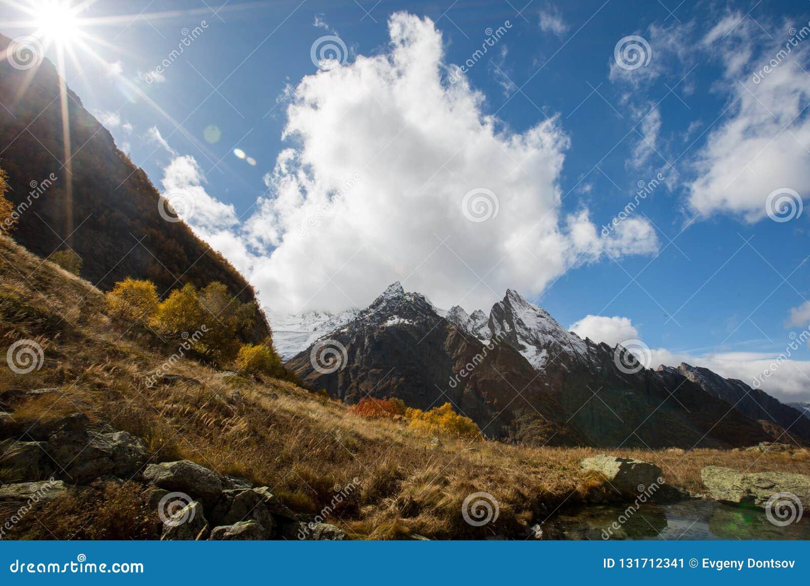 Vista del pico de Ine y de la montaña de Dzhuguturluchat en el otoño