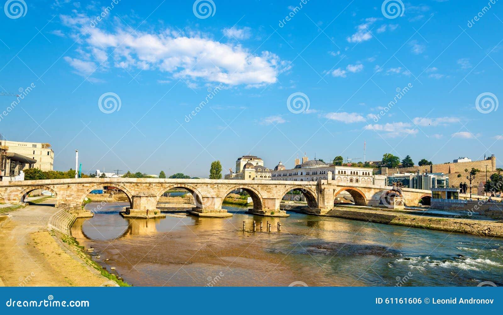 Vista del ponte di pietra a Skopje