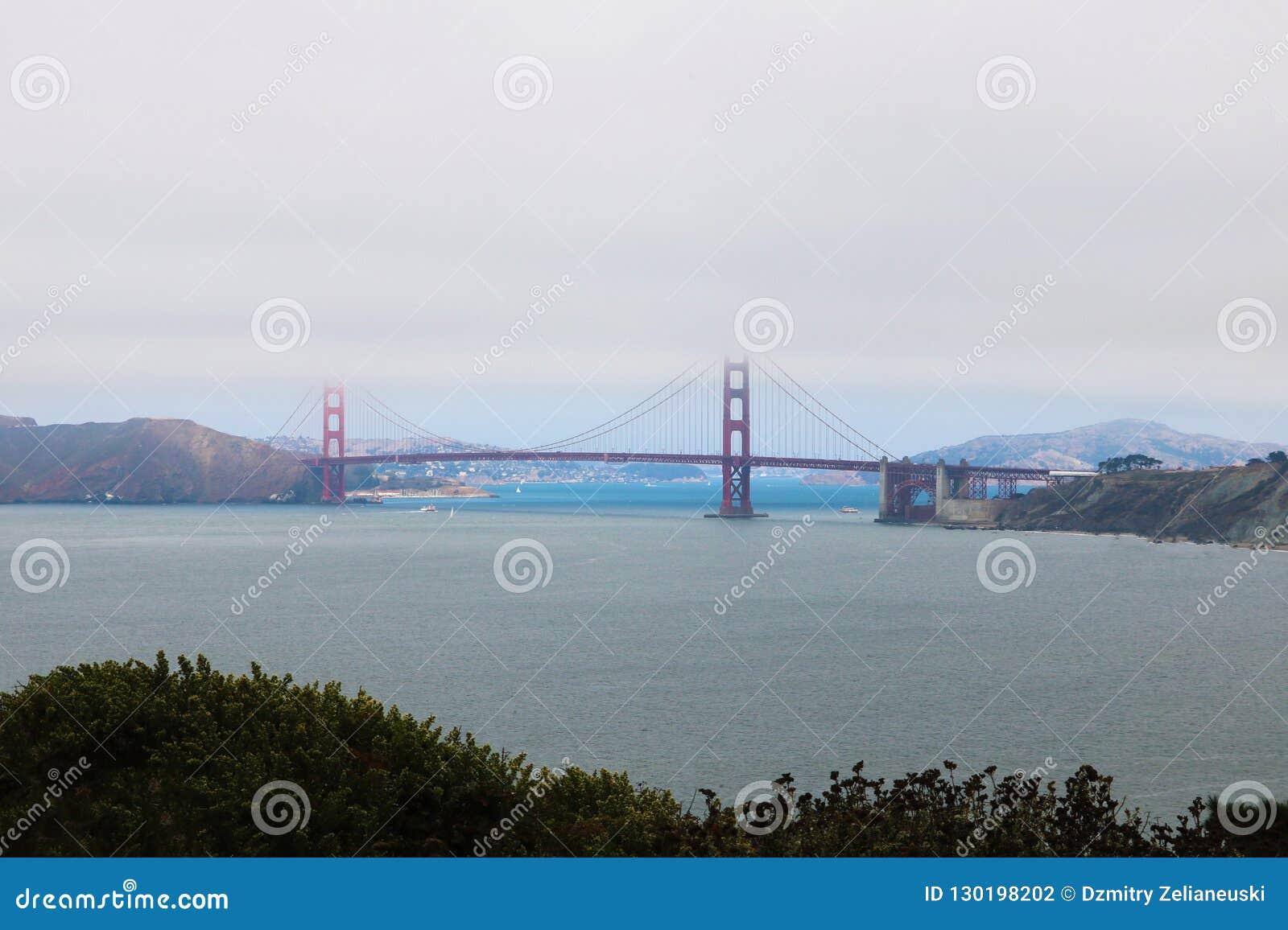Vista del ponte, metà nascosto nella nebbia