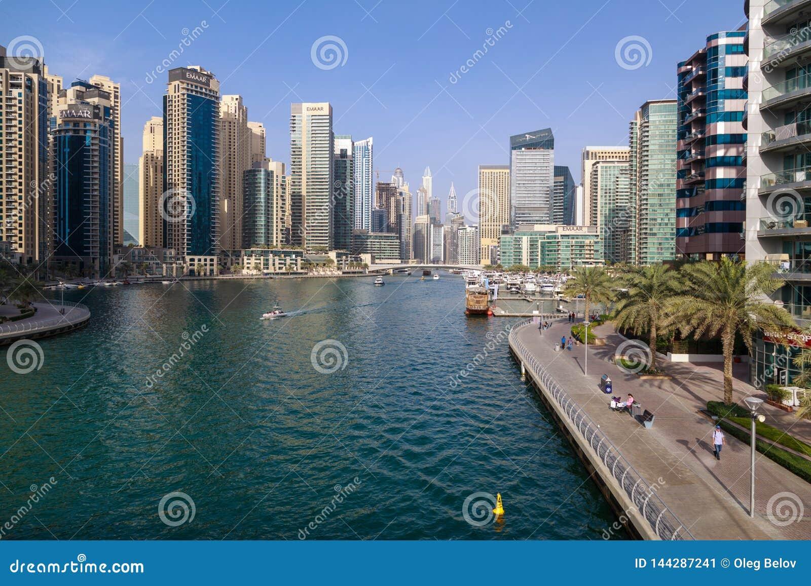 Vista del porticciolo del Dubai un giorno soleggiato caldo